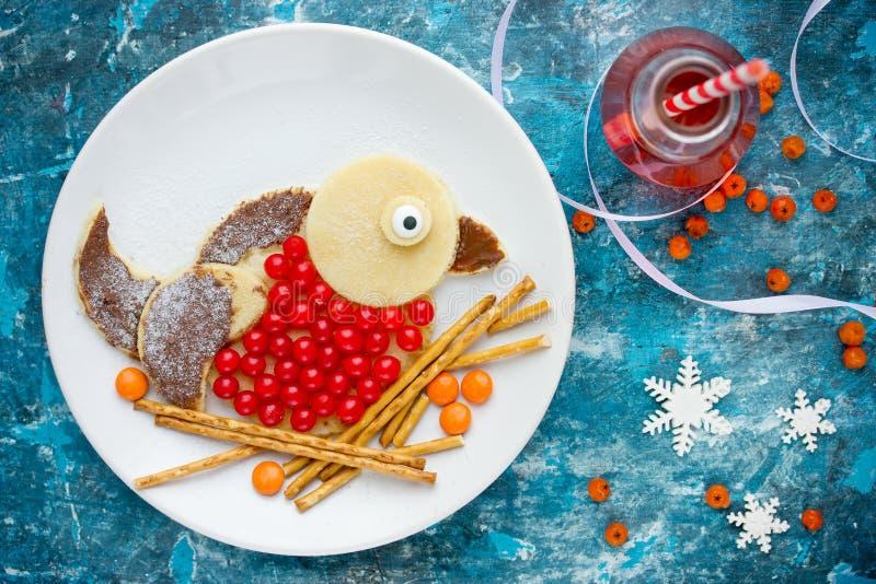 圣诞节和新年乐趣食物孩子的艺术想法-红腹灰雀pa 库存图片