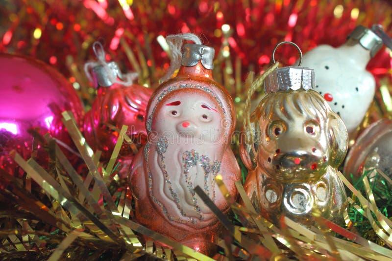 圣诞节和新年好闪亮金属片与圣诞老人和狗 图库摄影
