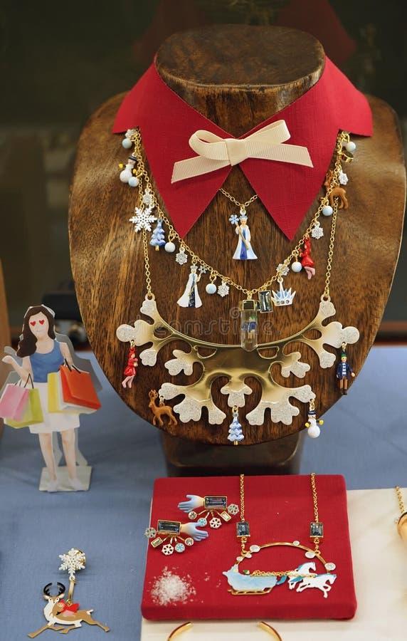 圣诞节商店列斯海卫二巴黎窗口显示  妇女` s与圣诞节主题的魅力的衣领项链 免版税库存图片