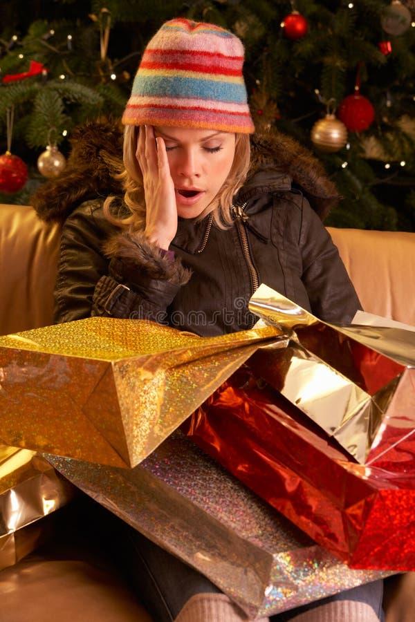 圣诞节回来的购物疲乏的妇女 免版税图库摄影