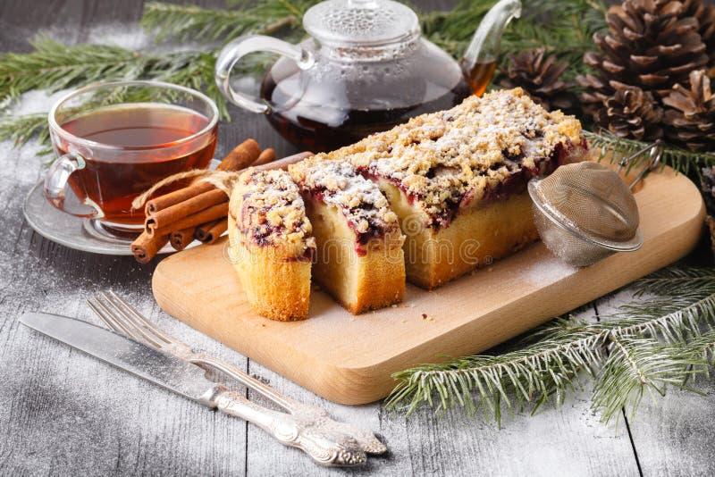 圣诞节在传统装饰中的姜饼蛋糕 免版税库存图片
