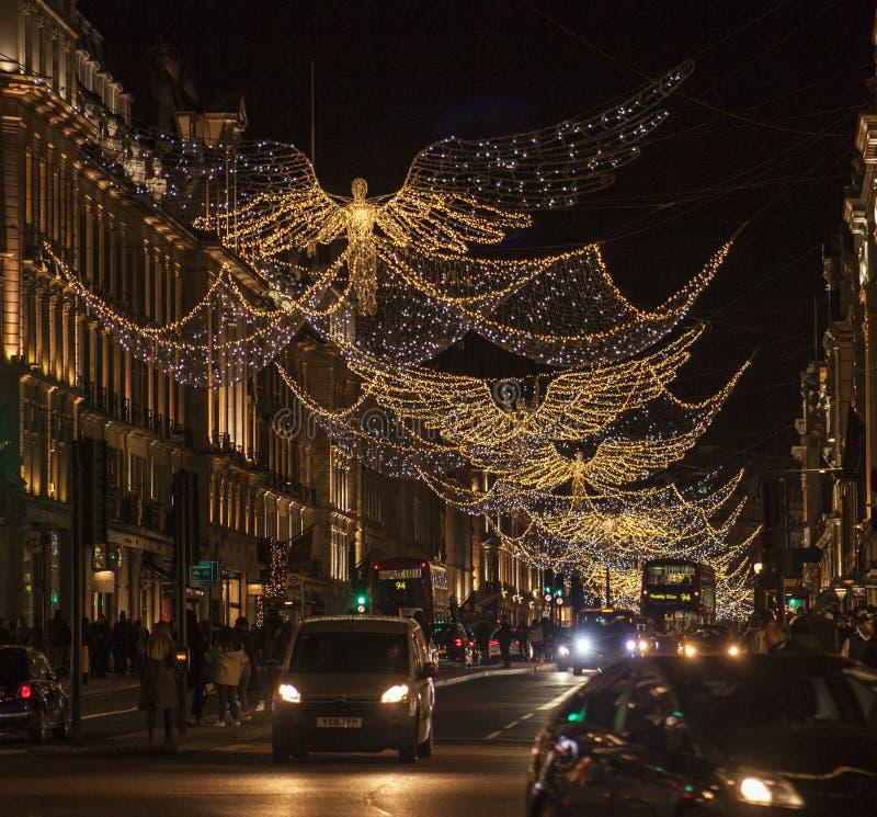 圣诞节在伦敦,英国-在摄政的街道的天使在晚上 库存图片