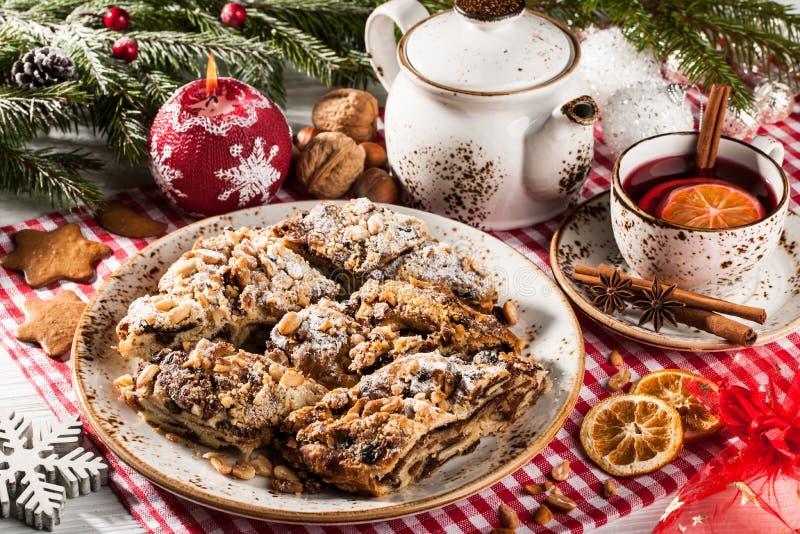 圣诞节在假日桌上的被切的蛋糕 库存图片