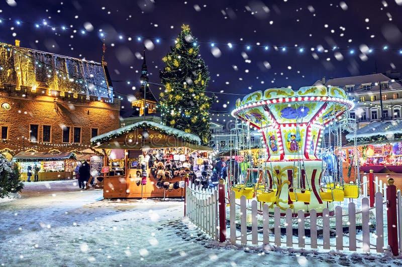 圣诞节在塔林 与公平的圣诞节的市政厅广场 免版税库存图片