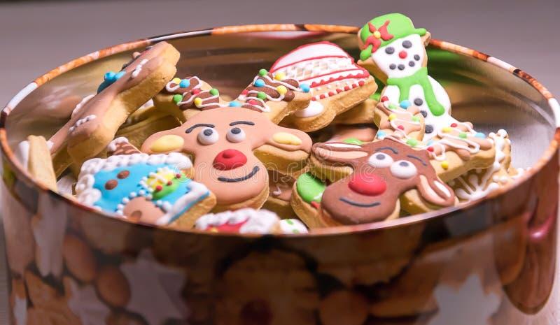 圣诞节在开放箱子的姜饼曲奇饼 库存照片