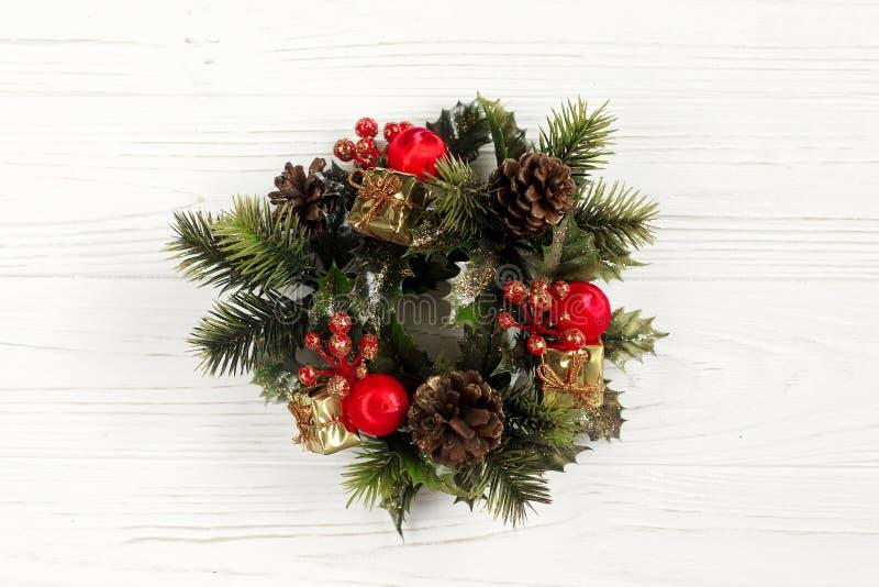 圣诞节在时髦的土气白色木backgrou的葡萄酒花圈 库存图片