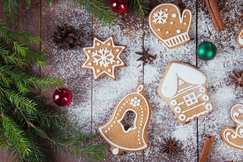 圣诞节在木板的姜饼曲奇饼 图库摄影