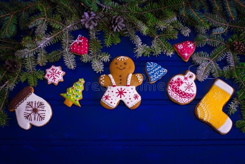 圣诞节在木板的杉树和姜饼曲奇饼 免版税图库摄影