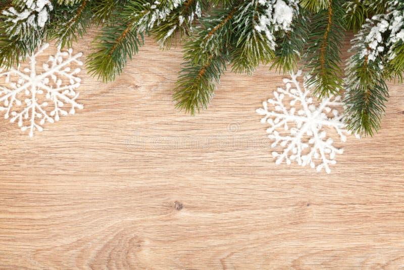 圣诞节在木板的杉树 免版税库存照片