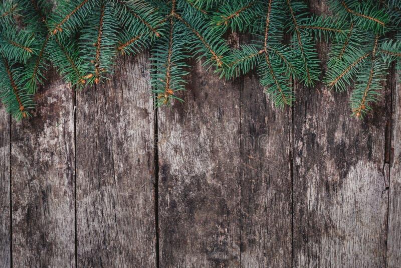 圣诞节在木背景的冷杉分支 Xmas和新年快乐构成 平的位置,顶视图 库存图片