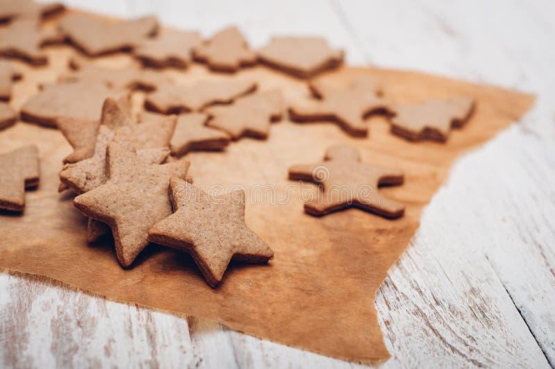 Download 圣诞节在木背景的姜曲奇饼 库存图片. 图片 包括有 重点, 设色, 香料, 空白, 姜饼, xmas, 圣诞节 - 62533241