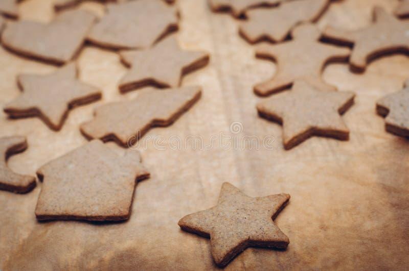 Download 圣诞节在木背景的姜曲奇饼 库存图片. 图片 包括有 香料, 曲奇饼, 减速火箭, 葡萄酒, 定调子, 重点 - 62533253