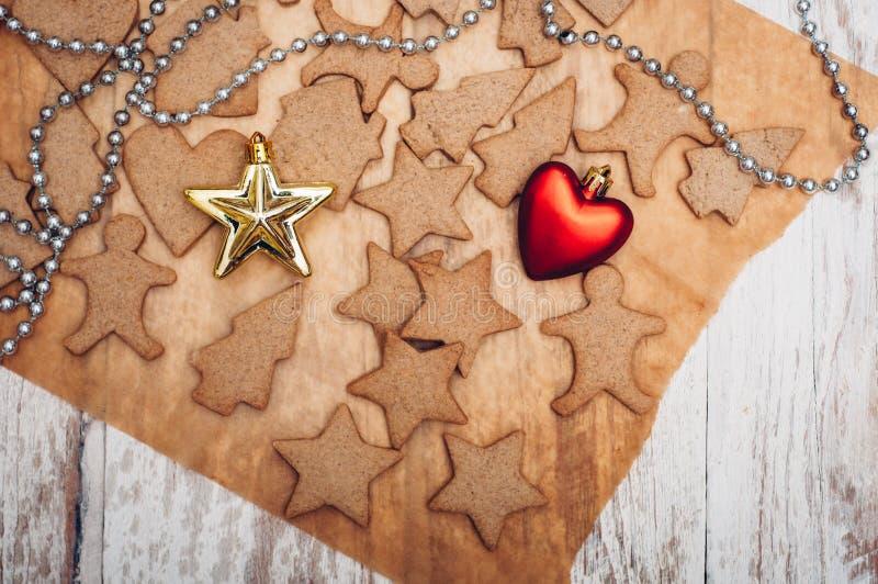 Download 圣诞节在木背景的姜曲奇饼 库存图片. 图片 包括有 传统, xmas, 曲奇饼, 星形, 结构树, 设色 - 62533269