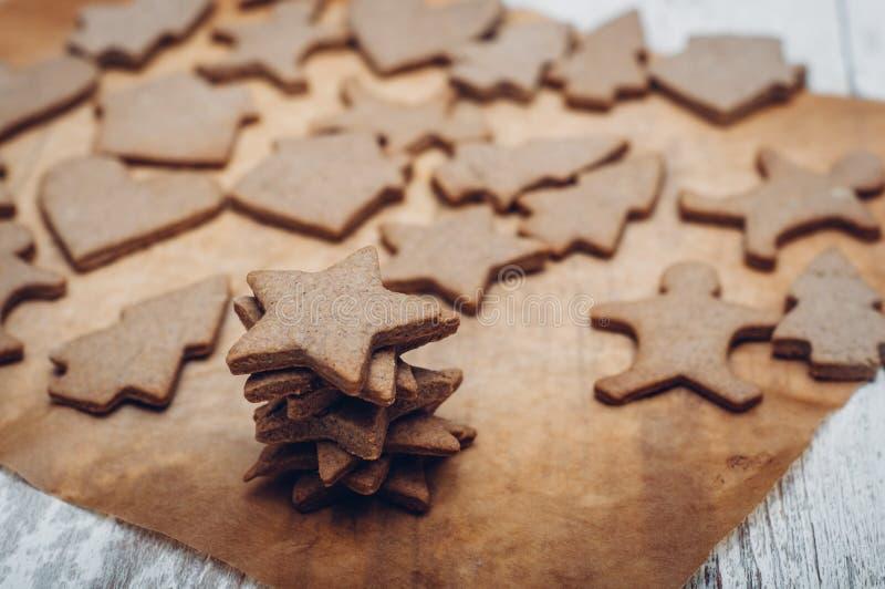 Download 圣诞节在木背景的姜曲奇饼 库存图片. 图片 包括有 定调子, 减速火箭, 结构树, 空白, 传统, 平分 - 62533281