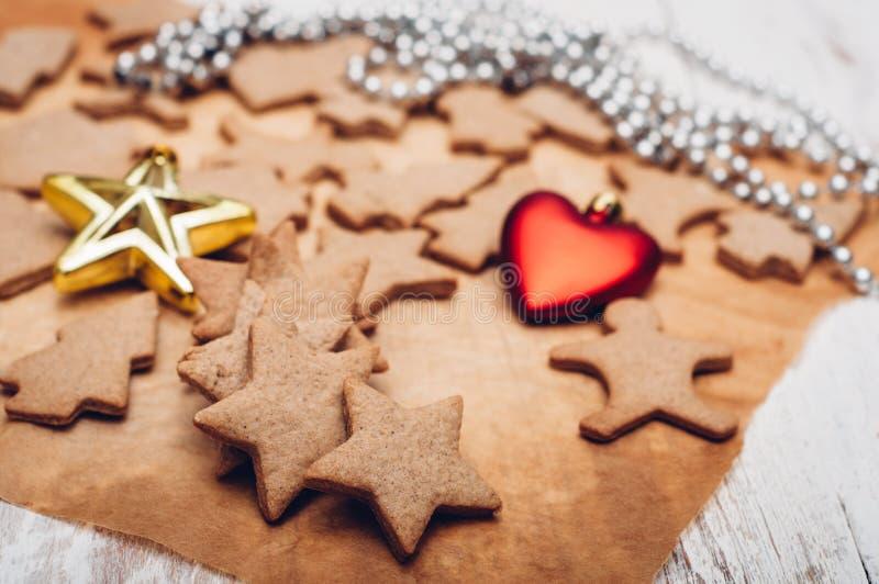 Download 圣诞节在木背景的姜曲奇饼 库存照片. 图片 包括有 香料, browne, 星形, 葡萄酒, 细菌学, xmas - 62533288