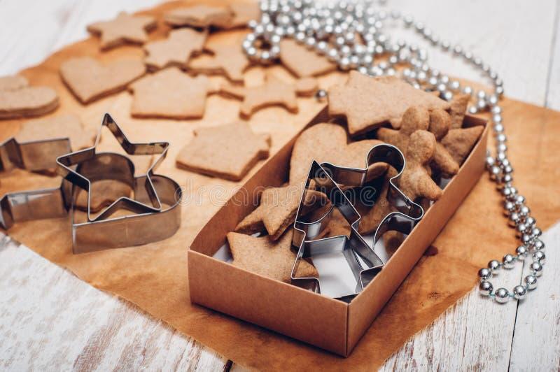 Download 圣诞节在木背景的姜曲奇饼 库存图片. 图片 包括有 结构树, 纸张, browne, 自创, 香料, 葡萄酒 - 62533299