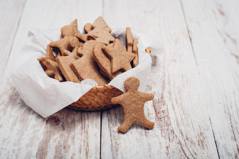 Download 圣诞节在木背景的姜曲奇饼 库存照片. 图片 包括有 xmas, 空白, 曲奇饼, 重点, 平分, browne - 62533370