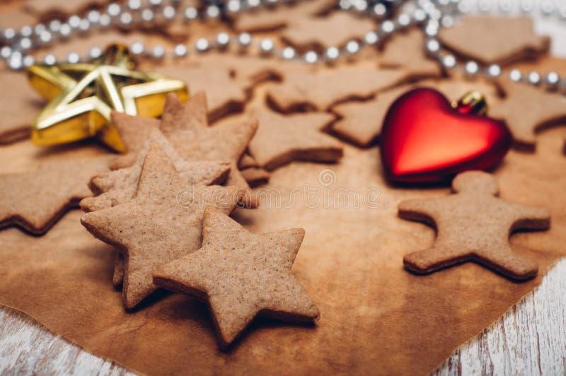 Download 圣诞节在木背景的姜曲奇饼 库存照片. 图片 包括有 空白, 设色, 姜饼, 圣诞节, 减速火箭, 重点, 星形 - 62533444
