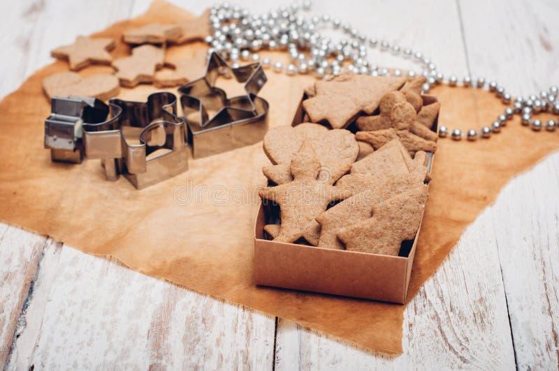 Download 圣诞节在木背景的姜曲奇饼 库存照片. 图片 包括有 传统, 减速火箭, 自创, 桂香, 纸张, 定调子, 曲奇饼 - 62533454