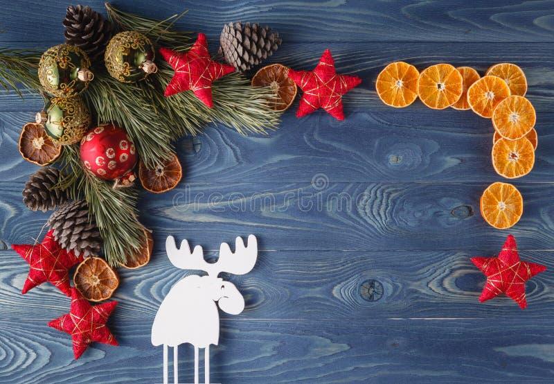 圣诞节在木背景的装饰框架 云杉的分支, 免版税库存照片