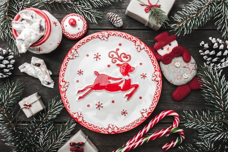 圣诞节在木背景,冷杉的贺卡分支,锥体,雪人 库存图片