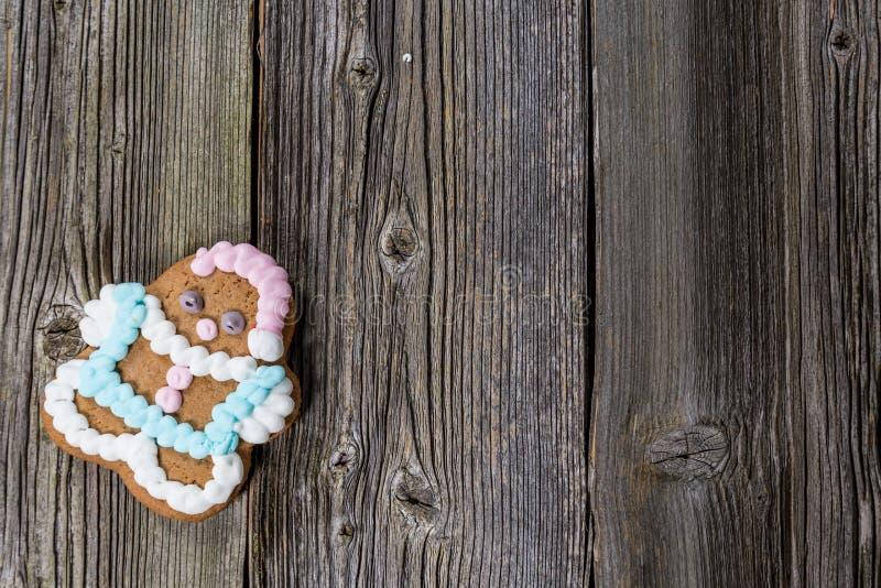 圣诞节在木表上的姜饼曲奇饼在木表上 库存照片