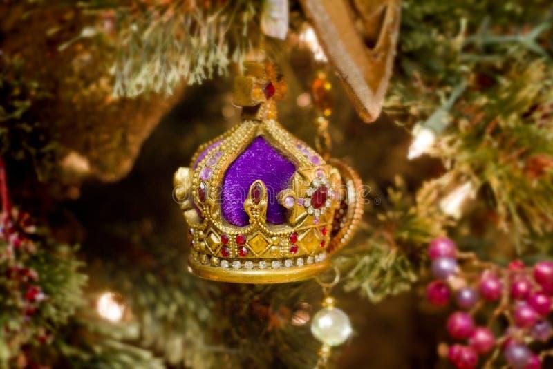 圣诞节在树的冠装饰品 库存照片