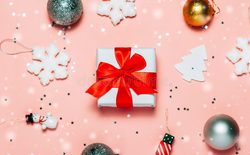 圣诞节在桃红色明亮和欢乐背景的礼物盒 免版税库存照片