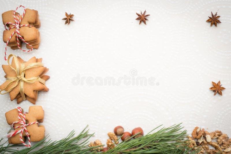 圣诞节在桌上的姜曲奇饼 免版税库存照片