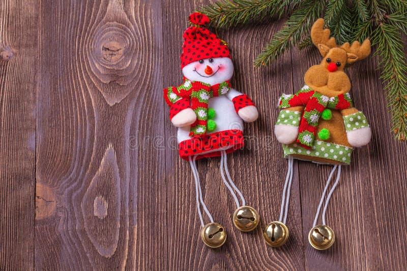 圣诞节在棕色木背景的假日构成与您的文本的拷贝空间 库存图片