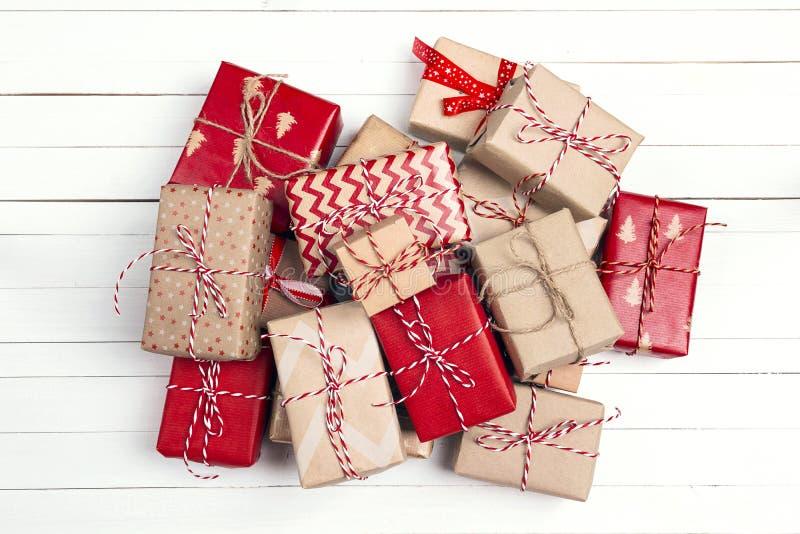 圣诞节在白色木桌上的礼物盒 库存图片