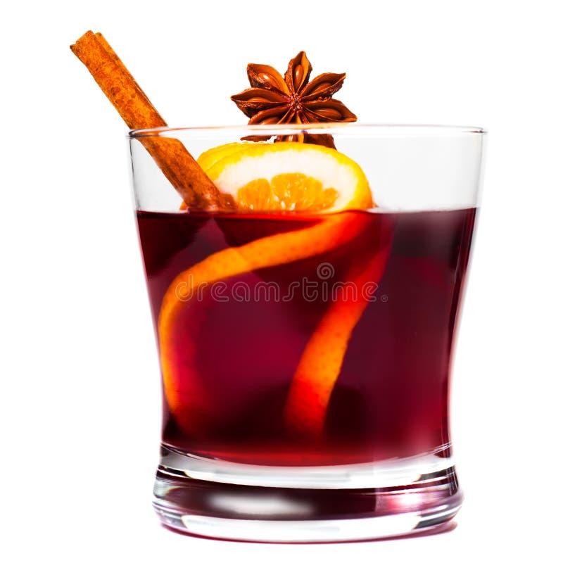 圣诞节在白色背景隔绝的被仔细考虑的酒 炽热酒或gluhwein用香料 免版税库存照片
