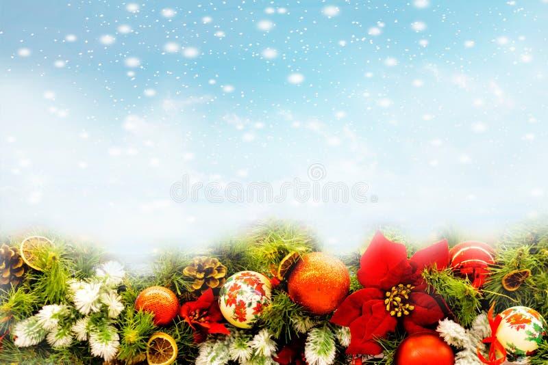 圣诞节在石背景的雪和中看不中用的物品装饰报道的杉树分支 您的贺卡的Xmas背景与空间 库存照片