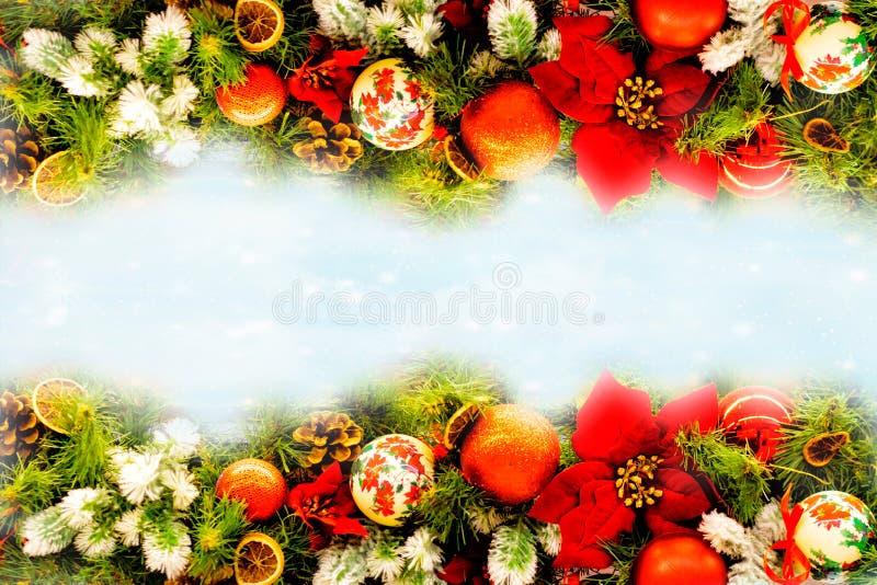 圣诞节在石背景的雪和中看不中用的物品装饰报道的杉树分支 您的贺卡的Xmas背景与空间 免版税库存照片