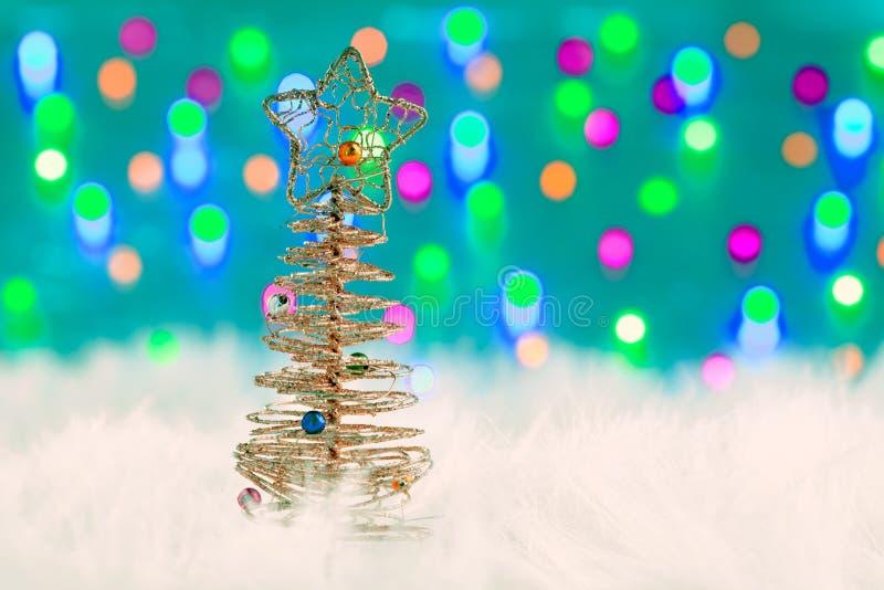 圣诞节在空白毛皮和光的电汇结构树 免版税图库摄影