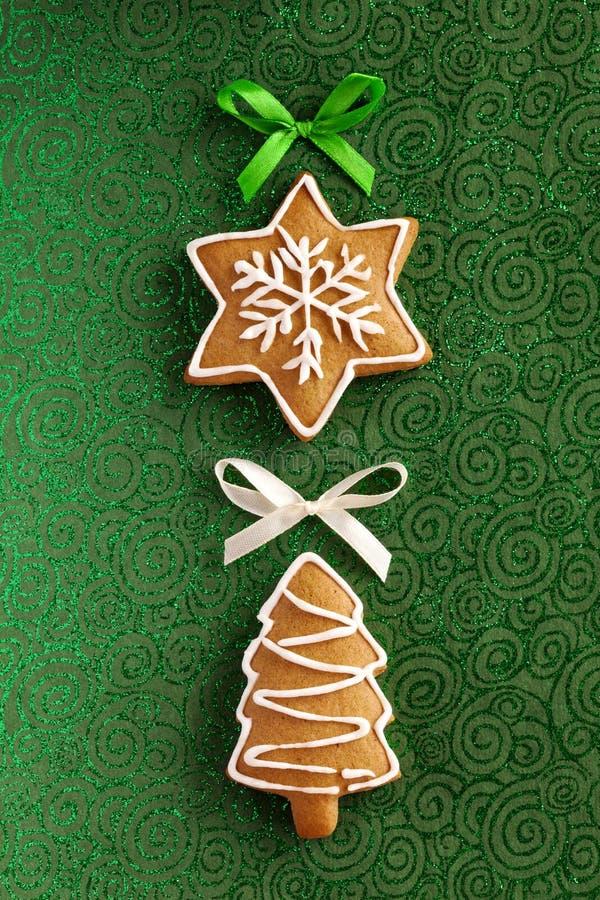 圣诞节在绿色背景的姜曲奇饼 免版税库存图片