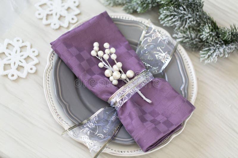 圣诞节在银色口气的桌设置 免版税图库摄影