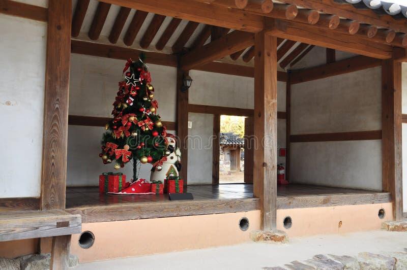 圣诞节在韩国:传统hanok房子 免版税库存图片