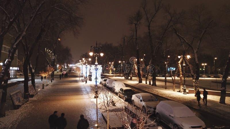 圣诞节城市神仙的拉脱维亚晚上地方上的短期相似的传说 与空气的寄生虫的射击 明亮的街道,光,路 库存照片