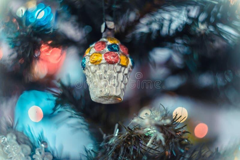 圣诞节大气背景 一棵圣诞树的特写残片,上面有玩具,绿灯 库存图片