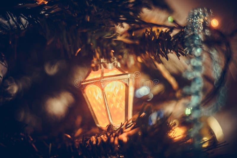 圣诞节大气背景 一棵圣诞树的特写镜头片段与玩具,gerland光的  库存照片
