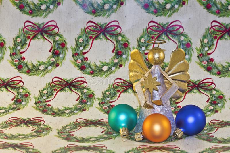 圣诞节天使和装饰品在包装纸 免版税库存图片