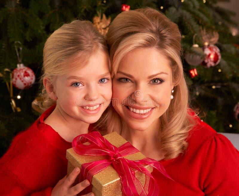圣诞节女儿赠礼母亲 免版税库存图片
