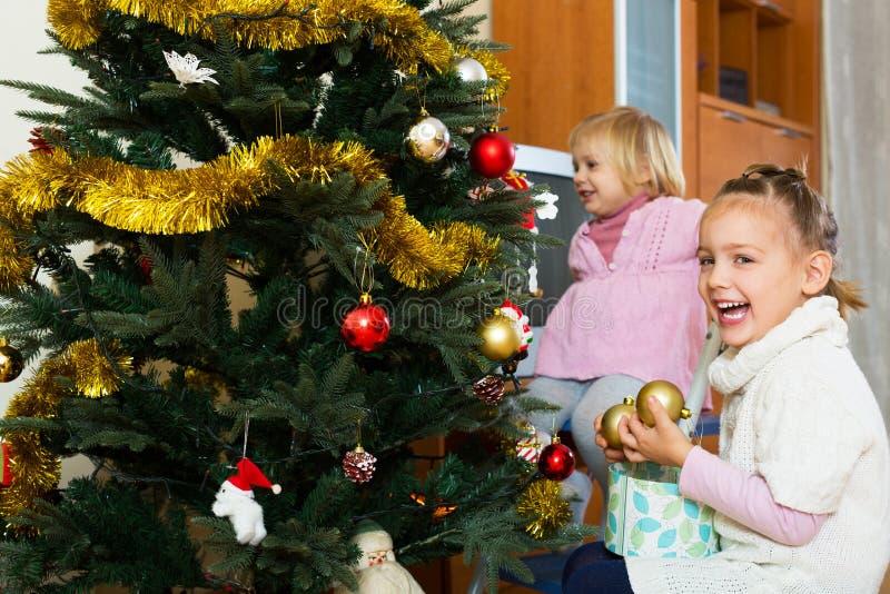 Download 圣诞节女孩少许结构树 库存图片. 图片 包括有 欢乐, 圣诞节, 衣裳, 喜悦, 子项, 日历, 女孩, 幸福 - 59101951