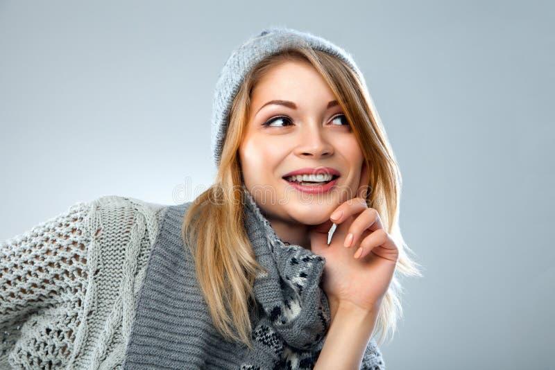 圣诞节女孩,年轻美好微笑在蓝色 免版税库存照片