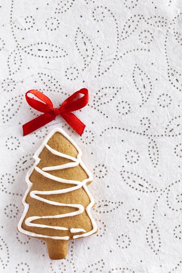 圣诞节姜在空白背景的杉树 免版税库存照片