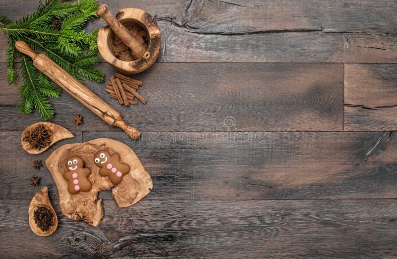 圣诞节姜饼人曲奇饼、香料和烘烤工具 库存图片
