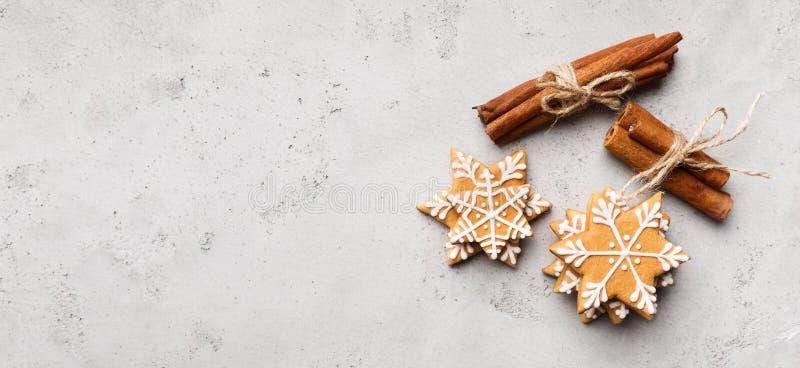 圣诞节姜饼在灰色背景的雪花曲奇饼 库存照片