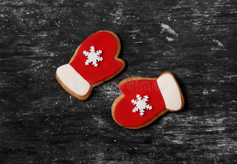 圣诞节姜饼手套色的釉红色 免版税库存照片