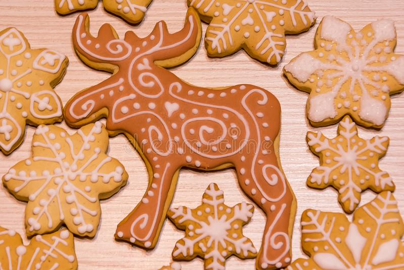 圣诞节姜饼曲奇饼、驯鹿和雪花 图库摄影
